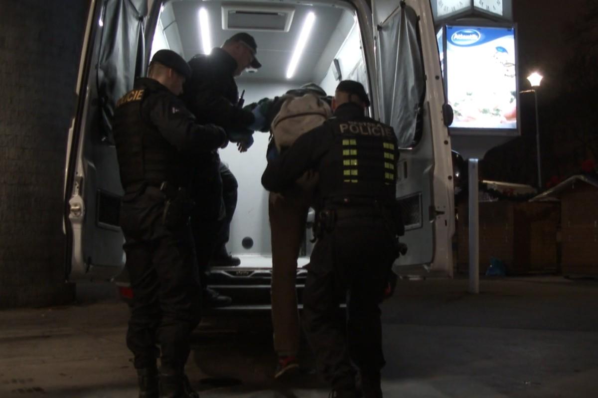 Strážníci v terénu aktivně nabízejí pomoc lidem bez domova
